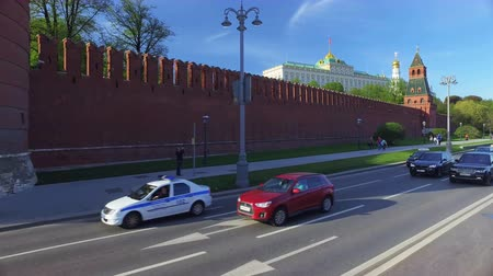 busz : Moscow, Russia - May 7, 2018: view of Kremlin of Moscow Spring view double decker sightseeing bus. the capital of the Russian Federation, federal city, founded in 1147