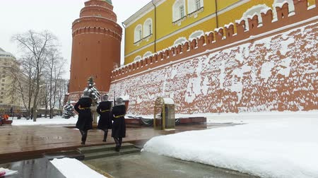 čest : MoscoMoscow, Russia-February 17, 2018: divorce guard at the eternal flame in Moscow. Russiaw, Russia-February 17, 2018: divorce guard at the eternal flame in Moscow. Russia
