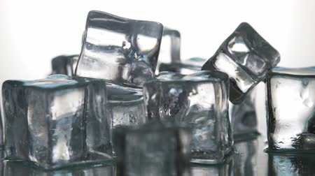 translúcido : Ice cubes for drinks. Simulate cold ice cubes. The dolly video