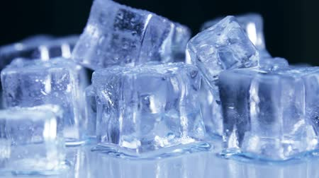 mrazivý : Ice cubes for drinks. Simulate cold ice cubes. The dolly video. Toned