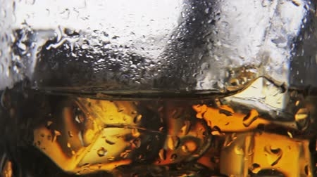 бурбон : whiskey in a glass of ice on a black background. Alcoholic beverages. video dolly Стоковые видеозаписи