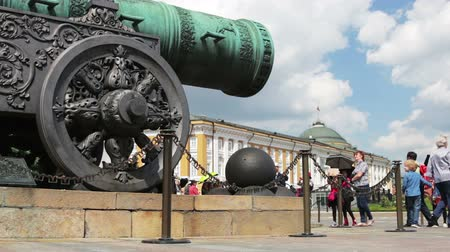 tüzérség : Moscow, Russia-may 23, 2018: Tsar cannon (Tsar cannon) on Ivanovskaya square and view of the Senate building in the Moscow Kremlin. Walking tourists in the Kremlin
