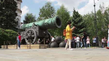 tüzérség : Moscow, Russia-may 23, 2018: Tsar cannon (Tsar cannon) on Ivanovskaya square in the Moscow Kremlin. Walking tourists in the Kremlin. Time lapse Stock mozgókép