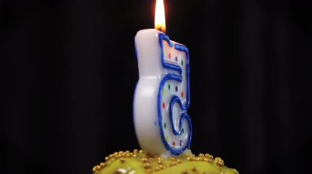 gênero alimentício : cupcake with a burning candle with the number 5. Congratulations on your first birthday. video rotation