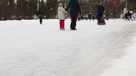 paten yapma : Moscow, Sokolniki Park on January 27, 2018: children and adults skate in the park Sokolniki Stok Video