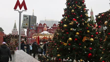 kreml : MOSCOW, RUSSIA - January 13, 2018: townspeople and tourists walk by Manezhnaya square decorated for the holiday of new year and Christmas in Moscow. Russia.
