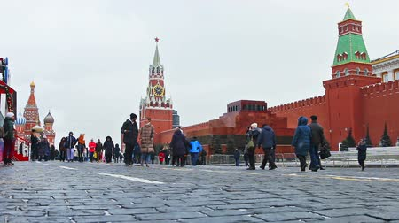 urss : MOSCOW, RUSSIA - January 13, 2018: townspeople and tourists on red square Christmas and new year holidays in Moscow. Vídeos