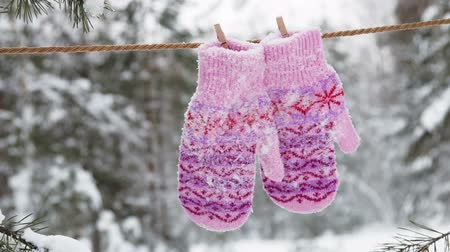 varal : walking with mittens with Christmas pattern hanging and drying on the clothesline