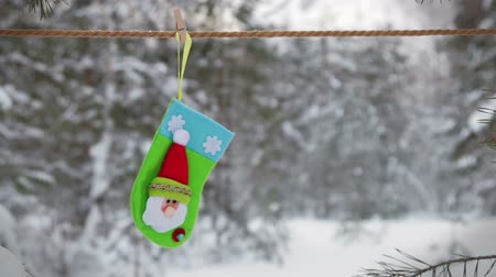 szárítókötél : sock and mittens with Christmas pattern hanging and dying on the clothesline Stock mozgókép