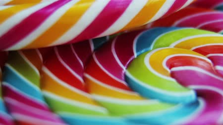 lolly : Achtergrond van gestreepte spiraalvormige veelkleurige Lollipop close-up Stockvideo