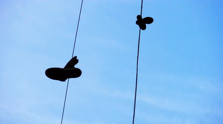travessura : Sneakers hanging from wire