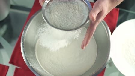 мучной : Sifting flour into bowl Стоковые видеозаписи