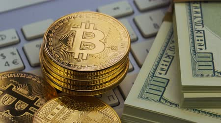 рецессия : Golden bitcoins and dollar lie on the white keyboard