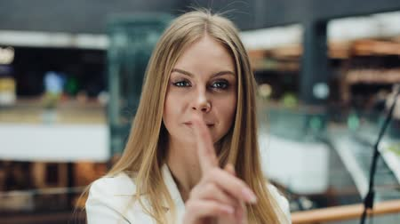 портфель : Attractive woman says No with her fingers