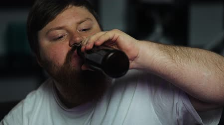 lehká váha : Fat man drinks beer and watches TV