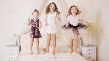 záhon : little girls jumping on the bed