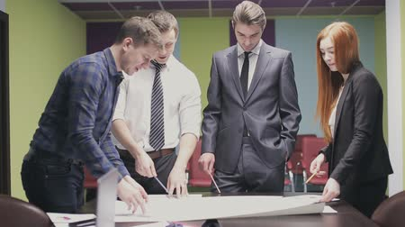 projektowanie : team of professionals discusses the project, brainstorming in a business meeting Wideo