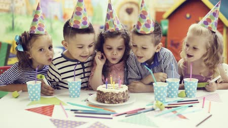 doğum günü : children blowing out candles on birthday cake