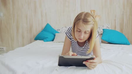 Teen girl in bed using tablet pc Stok Video
