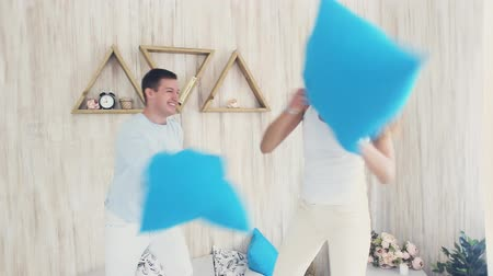 poduszka : Happy couple in pillow fight