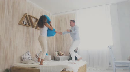 almofada : young couple pillow fight