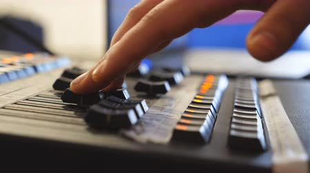 mikser : Hands of male sound engineer presses the keys and moves buttons of soundboard . Arms of man working on professional digital audio channel mixer. Amplifier and balance of sound. Close up Slow motion