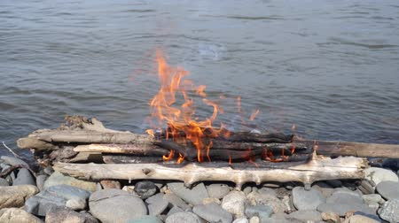 margem do rio : Bonfire on the bank of the river.