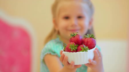 çilek : Adorable little girl with strawberries
