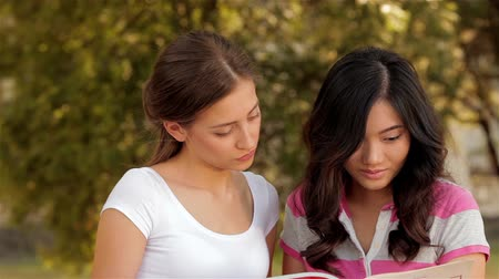 juventude : Two beautiful girls studying outdoors Vídeos