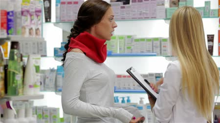 фармацевт : Pharmacist helping customer in pharmacy drugstore