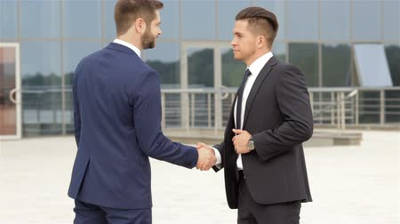 biznesmeni : Handshake of two business colleagues Wideo