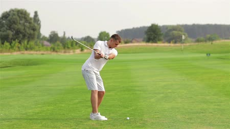 golfe : Young man playing golf