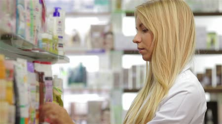 фармацевт : Pharmacist fronting the product in drugstore Стоковые видеозаписи