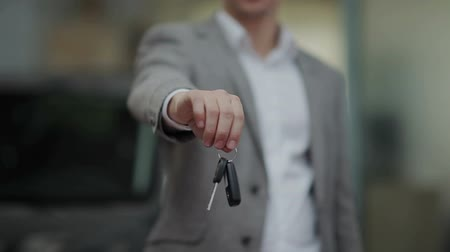 cadarço : Close up of mans hand handing a car key Stock Footage