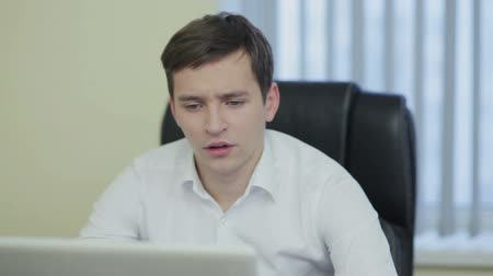 otřes : Frustrated with problems young businessman working on laptop