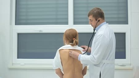 akciğer : Doctor examining patient with stethoscope Stok Video