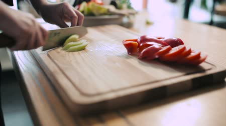 строгий вегетарианец : Chef chopping vegetables on a cutting board