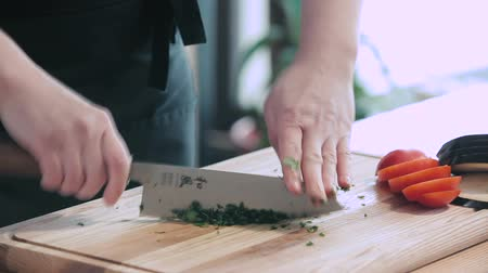 şef : Chef grinding parsley on a cutting board Stok Video
