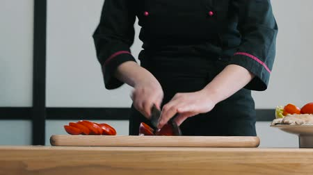 papryka : Cook cutting pepper on a cutting board