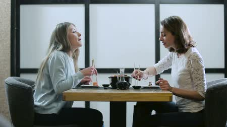 pronto a comer : Two girls talking in a Japanese restaurant Stock Footage