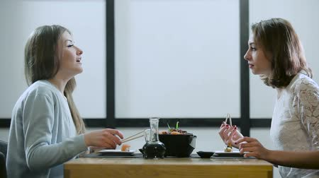 pronto a comer : Two girls gossiping in a Japanese restaurant Stock Footage