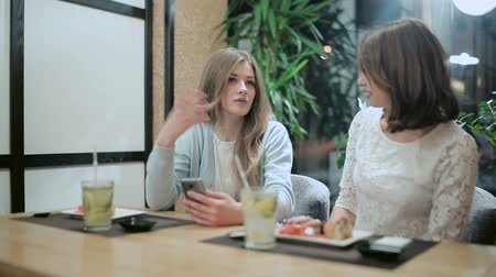 pronto a comer : Candid conversation between girls in restaurant