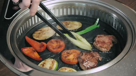 grillowanie : Different vegetables and meat on the hot BBQ grill Wideo