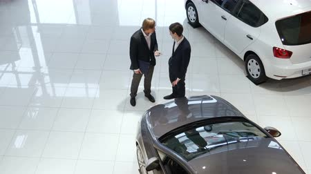 sala de exposição : Sales manager and customer in car showroom