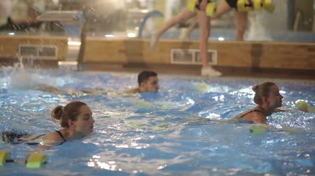 aeróbica : Group water aerobics classes