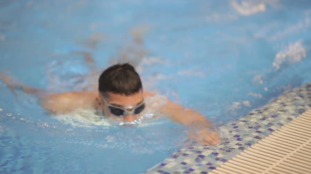 plavec : Swimmer smiling at camera