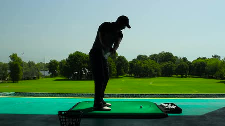 manges : Young man playing golf in the shadow