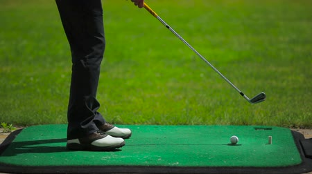 isabet : A club hits the ball near the course