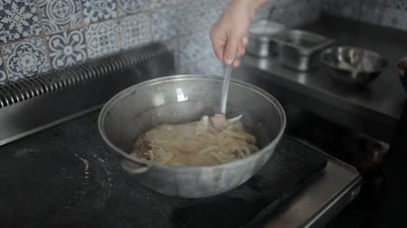 kavurma : Slice the onions are added to lamb in a pot.