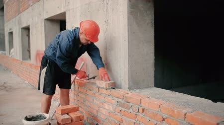 cegła : Builder puts a brick wall